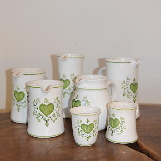 EM Keramik Steingut aus Bayern mit Herz Design. Grünes Herz mit Ranken für den täglichen Gebrauch.
