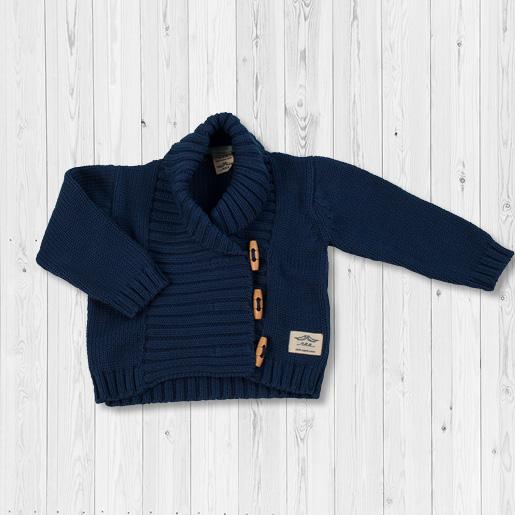 Schöne Strickjacke für Babys und Kleinkinder aus feinem Strickstoff in dunkelblau. Jacke mit Knöpfen zum leichten Ein und Ausziehen. Klamotten für Babys aus Bio-Baumwolle.
