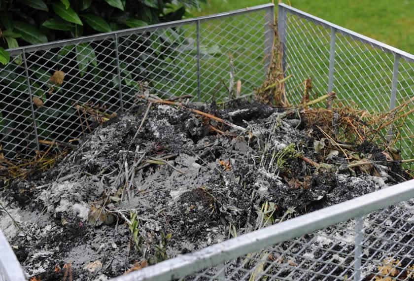 EM-Kompost-mit-EM-aktiv-Gesteinsmehl-und-Pflanzenkohle-aufsetzen