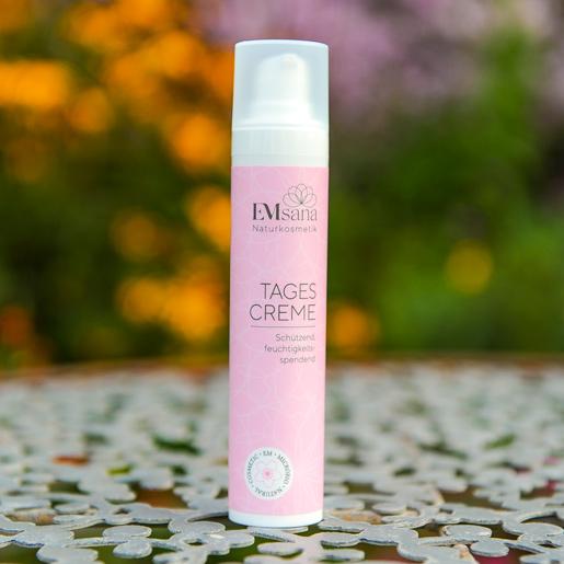 EMSana Tagescreme schützt deine Haut und spendet ihr Feuchtigkeit